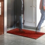 roter Teppich im Eingangsbereich
